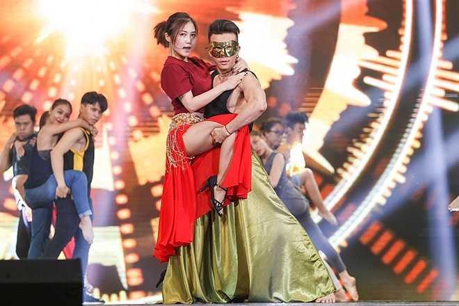 Không có thế mạnh về vũ đạo nhưng trong các đêm thi gần đây, nữ ca sĩ cố gắng nhảy múa để phù hợp với tiết mục. Trong đêm thi quan trọng, cô mạnh dạn chọn một ca khúc mới của Trang Pháp.
