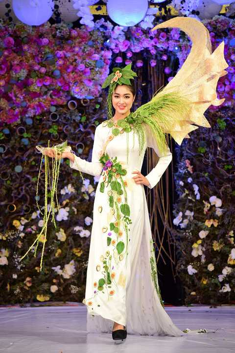 Nhà thiết kế cho biết, mỗi bộ áo dài kết hoa của anh đều sử dụng yếu tố truyền thống làm chủ đạo. Một số thiết kế theo tiêu chí phối đồng màu, họa tiết hoa tươi được chọn lựa ton sur ton cùng màu áo dài, tạo sự thống nhất về sắc độ và đường nét.