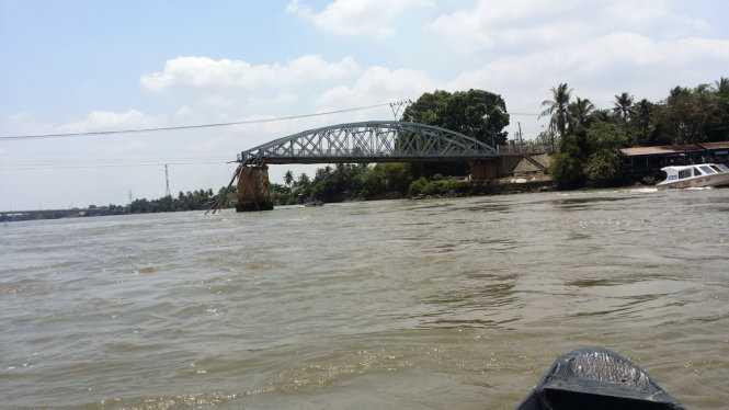 Nhịp giữa cầu Ghềnh đã rớt xuống sông sau tai nạn - Ảnh: Sơn Định
