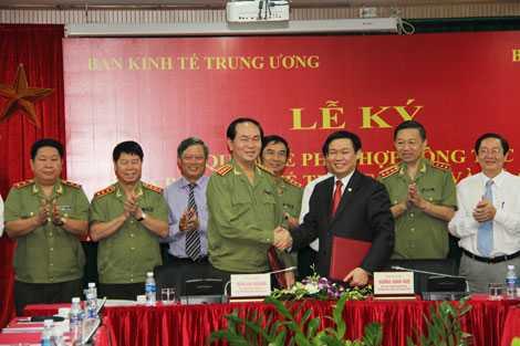 Bộ trưởng Trần Đại Quang và Trưởng Ban Kinh tế T.Ư Vương Đình Huệ tại lễ ký Quy chế phối hợp công tác giữa hai cơ quan