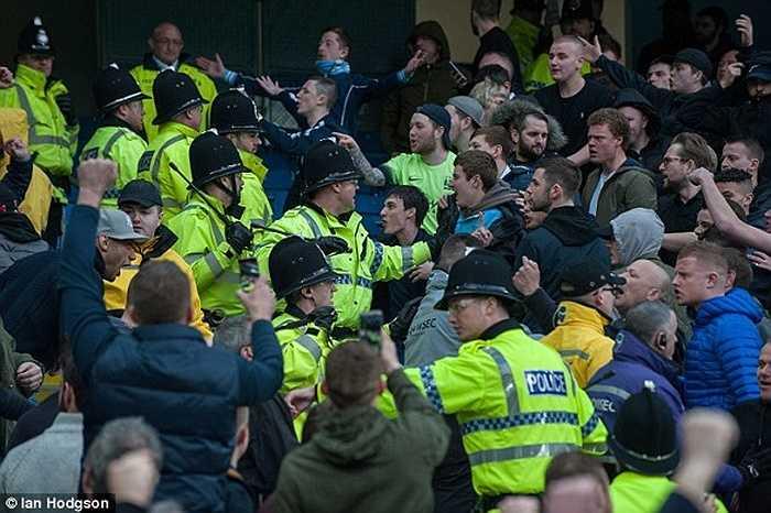 Khi tiếng còi mãn cuộc vang lên, CĐV hai đội bóng thành Manchester bắt đầu xảy ra va chạm