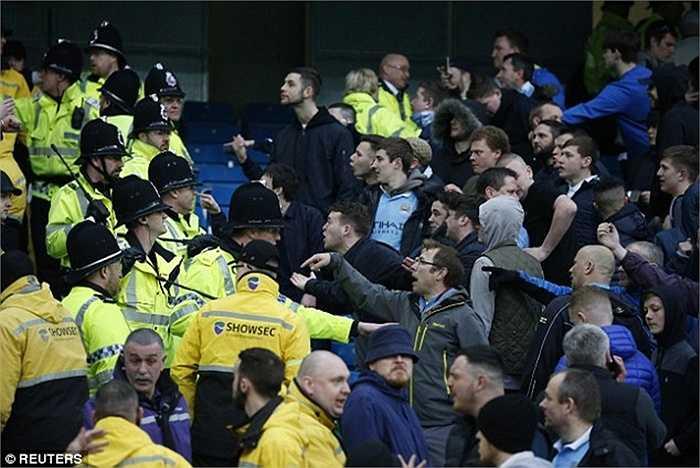 Sự giận dữ của CĐV chủ nhà lên tới đỉnh điểm khi CĐV đội khách rời sân với những nụ cười và tiếng huýt sáo
