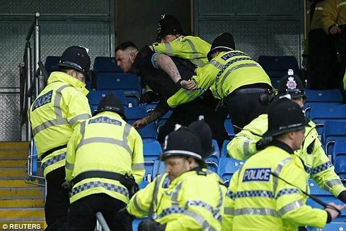 Đây là lần đầu tiên sau 4 năm, Man City để thua tại Etihad nên CĐV của họ rất tức giận
