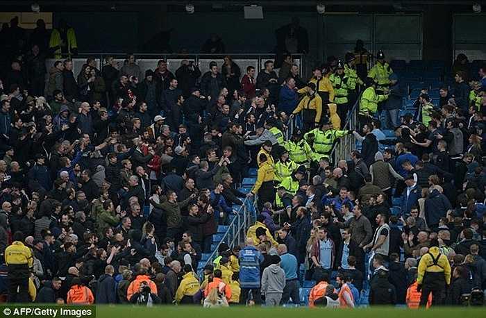 Không chỉ hỗn loạn trên khán đài, Man City sau trận derby đêm qua còn mất luôn Joe Hart và Sterling vì chấn thương