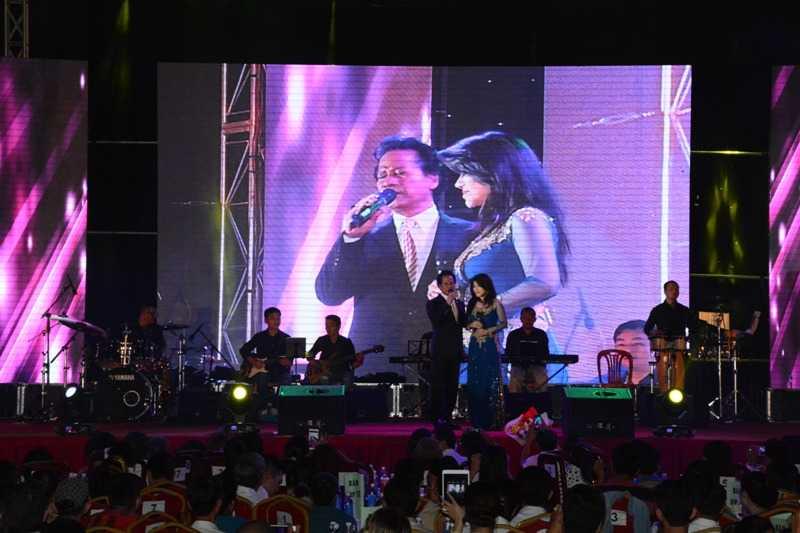 Chế Linh tình cảm bên Sơn Tuyền trên sân khấu