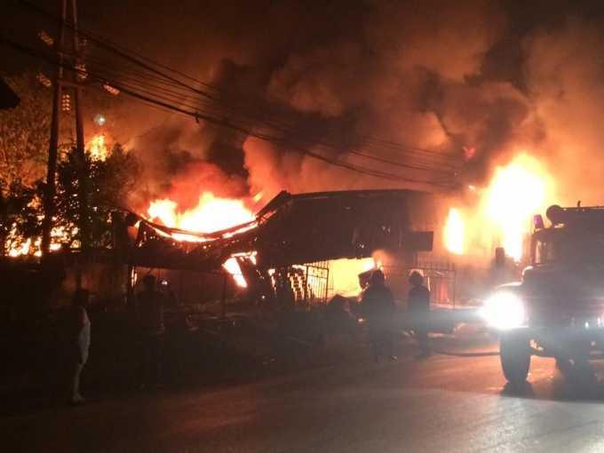 Hiện trường vụ hỏa hoạn trong đêm tại Thành phố Việt Trì (Ảnh: Bien19.biz).