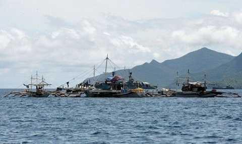Tàu đánh cá neo tại vịnh Ulugan, Philippines - Ảnh: AFP