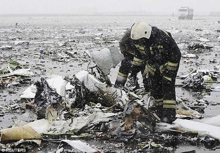 Lực lượng cứu hỏa làm nhiệm vụ tại hiện trường vụ tai nạn
