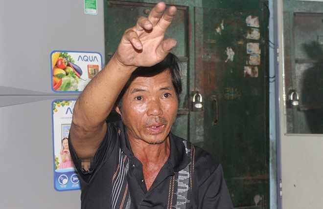 Ông Huỳnh Ngọc Sơn kể lại thời khắc ra hiệu báo cầu sập. Ảnh: Ngọc An