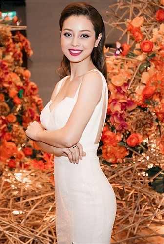 Cô diện trang phục dạ hội trắng hở lưng và xẻ cao.