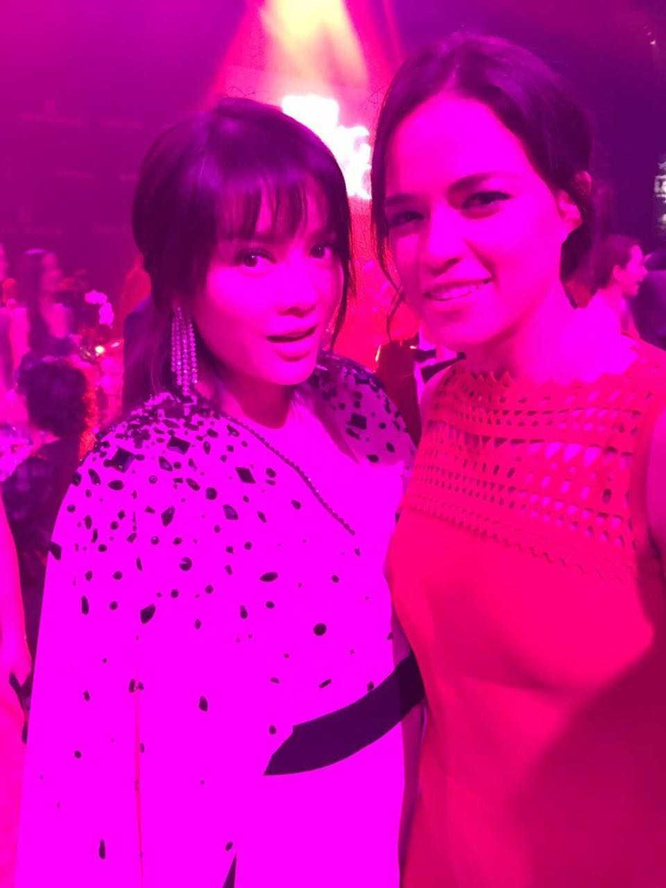 Mỹ nhân Fast & Furiours, Michelle Rodriguez đã nhận ra Lý Nhã Kỳ, cả hai trò chuyện vui vẻ ngày tái ngộ và cùng nhau chụp hình selfie kỷ niệm.