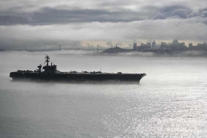 Tàu USS Carl Vinson đi ngang qua San Francisco