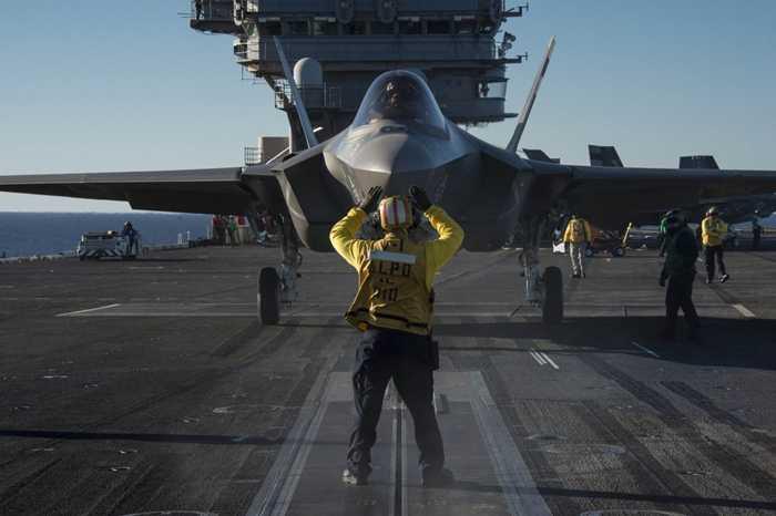 Chiến cơ F-35C chuẩn bị cất cánh trên tàu USS Nimitz