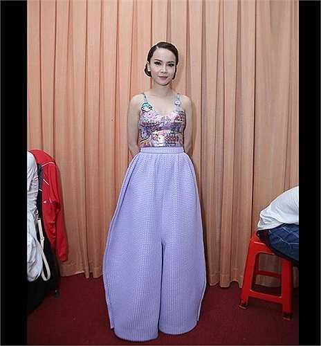 Yến Trang cũng không thoát lỗi chọn đồ. Mẫu quần ống rộng cô mặcbị đánh ra là 'dìm' chiều cao của người đẹp.