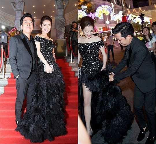 Trên thảm đỏ giải Mai Vàng tháng 1.2016, Nhã Phương chọn một mẫu đầm đen hở vai, kết lông vũ ở đuôi váy.