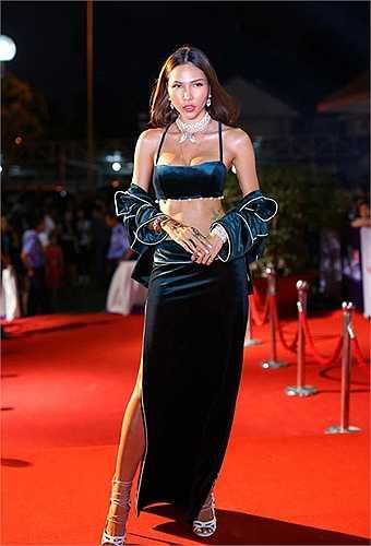 Cũng gặp scandal hàng nhái tương tự là người mẫu Minh Triệu.