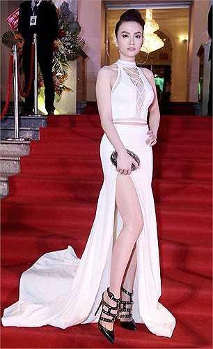 Nữ ca sĩ Thu Thủy tái xuất showbiz với một bộ váy trắng đan dây sexy.
