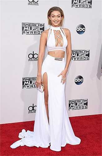 Tuy nhiên, trang phục này cũng bị 'bóc' là nhái đồ mà siêu mẫu 9x Gigi Hadid từng mặc lên thảm đỏ trước đó không lâu.