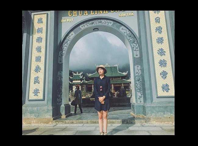 Ngay trong những ngày khai xuân, hoa hậu Kỳ Duyên cũng bị 'ném đá' vì mặc mốt giấu quần đi chùa.