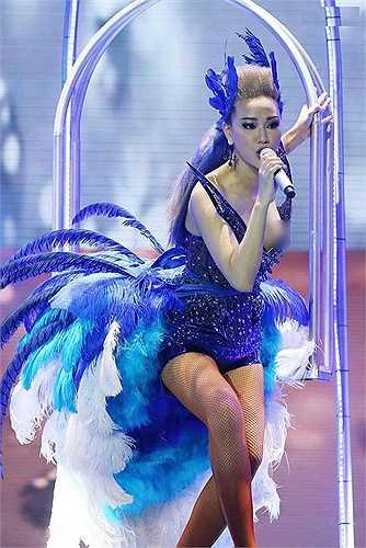 Nữ ca sĩ Maya có vẻ không gặp may mắn với váy áo bởi trong một liveshow khác, cô lại mắc sự cố hớ hênh trên sân khấu với bộ body suit gắn lông vũ tông xanh.