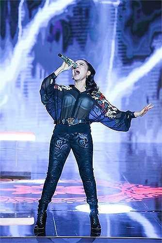 Trong lễ trao giải VTV - Bài hát tôi yêu tháng 2 vừa qua, Thu Minh cũng mắc lỗi trang phục do mặc đồ xuyên thấu lộ nội y dưới ánh đèn flash.