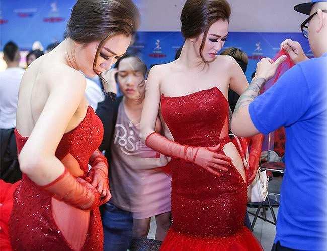 Trong đêm thi Bước nhảy Hoàn vũ cuối tuần qua, Khánh My lúng túng vì bị rách váy ngay trước giờ diễn.