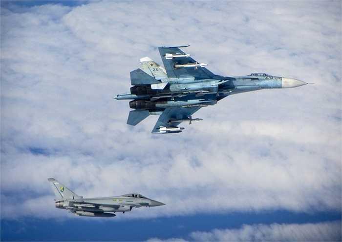 Chiến cơ SU-27 Flanker của Nga (trên) bay cạnh một chiến cơ Typhoon của Không quân Hoàng gia Anh