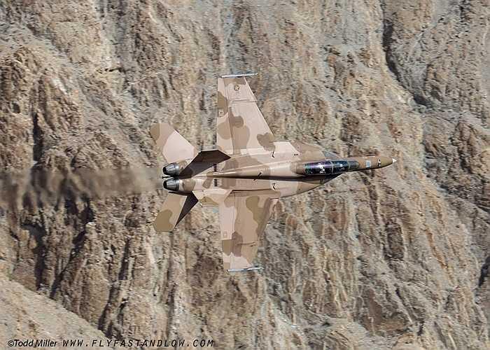 Chiếc F/A-18 như biến mất vào nền núi của Mỹ