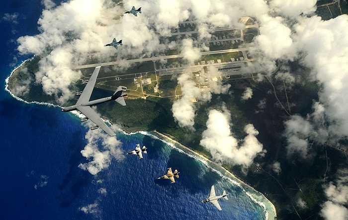Chiếc B-52 màu xám bay cùng các chiến cơ hộ tống