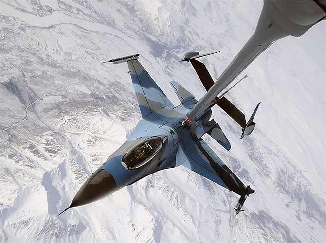 Màu sơn của chiếc F-16 Fighting Falcon đang tiếp nhiên liệu từ máy bay KC-10