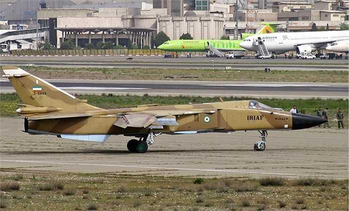 Màu sơn phù hợp với khu vực đồi núi, sa mạc của Không quân Iran trên chiến cơ Su-24