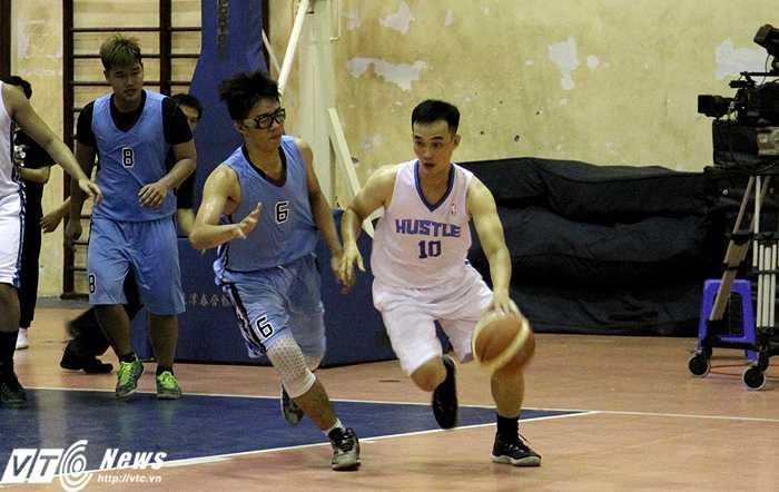 HLV kiêm cầu thủ - Kiều Việt Hưng (áo trắng) của đội bóng rổ Q.Phú Nhuận (ảnh: Hoàng Tùng)