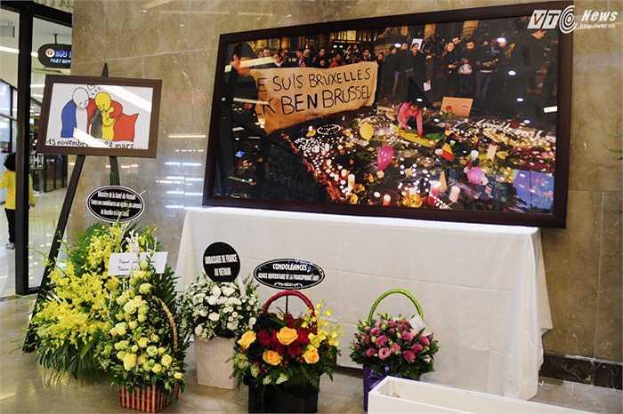 Những lẵng hoa dành tặng cho các nạn nhân xấu số trong vụ khủng bố ngày 22/3 vừa qua tại Brussels, Bỉ