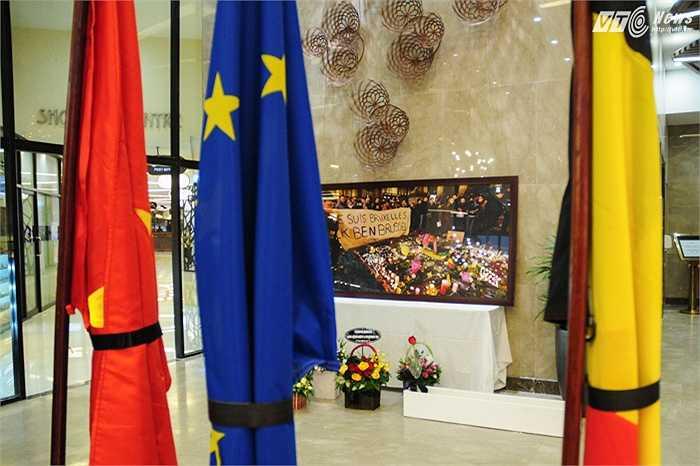 Những lá cờ treo rủ trong lễ tưởng niệm