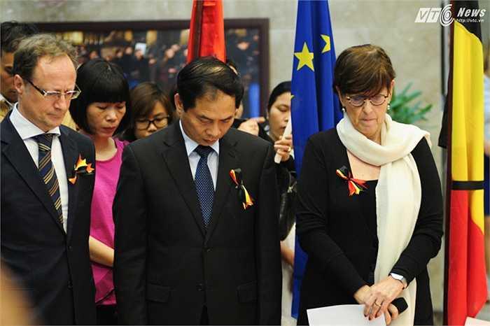 Thứ trưởng Ngoại giao Bùi Thanh Sơn, Đại sứ Bỉ tại Việt Nam bà Jehanne Roccas và Đại sứ EU Bruno Angelet (cựu Đại sứ Bỉ tại Việt Nam) dành một phút mặc niệm cho các nạn nhân
