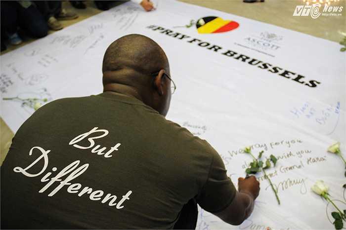 Hàng trăm người có mặt tại lễ tưởng niệm đã viết những dòng chia sẻ, cầu nguyện cho các nạn nhân vụ khủng bố