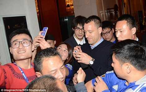 Terry trong vòng vây của các fan hâm mộ tại Thượng Hải