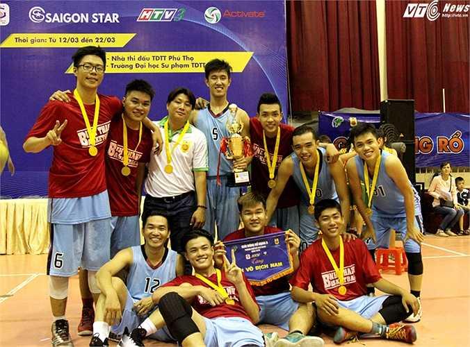 Tập thể đội bóng rổ Q.Bình Thạnh ăn mừng chức vô địch (ảnh: Hoàng Tùng)