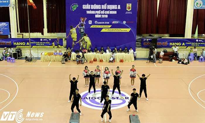 Giữa các hiệp thi đấu, những màn nhảy cổ động giúp không khí khán đài tưng bừng hơn (ảnh: Hoàng Tùng)