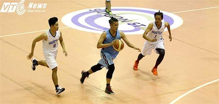 Bởi lẽ, theo ông  ông Nguyễn Ngọc Tuấn – trưởng ban thi đấu Liên đoàn bóng rổ TP HCM: 'Các đội bóng đã giúp BTC tìm kiếm những VĐV có khả năng để bổ sung cho đội tuyển bóng rổ của thành phố' (ảnh: Hoàng Tùng)