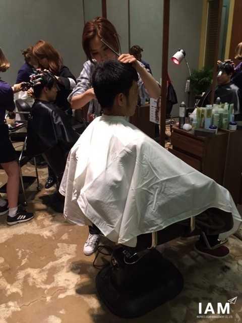 Xuân Trường đi cắt tóc