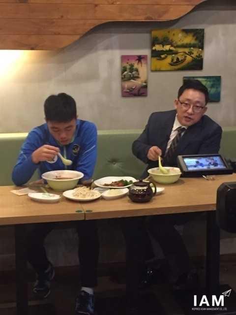 Xuân Trường ăn tối cùng BLV đài SBS Hàn Quốc