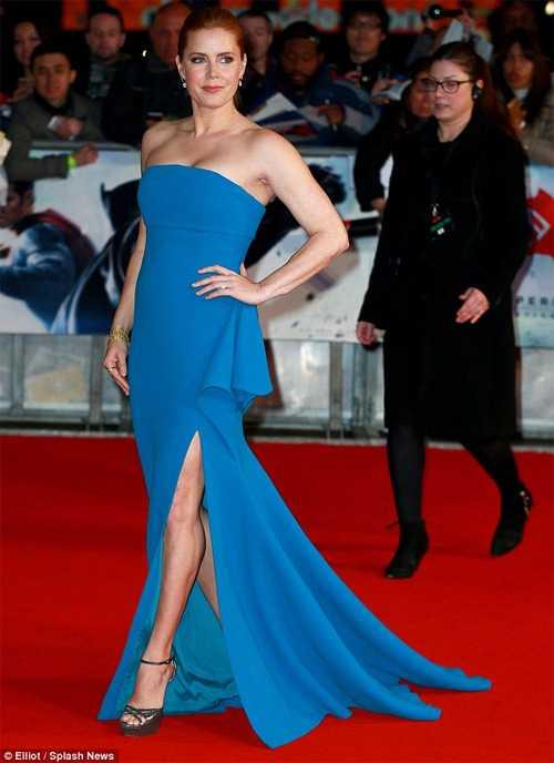 Người đẹp Anh quốc 'mặc như không' trên thảm đỏ