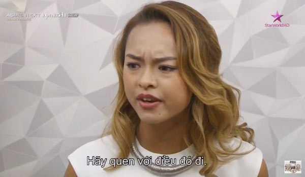 Nữ người mẫu tỏ thái độ bất bình với nhận xét của các thí sinh.
