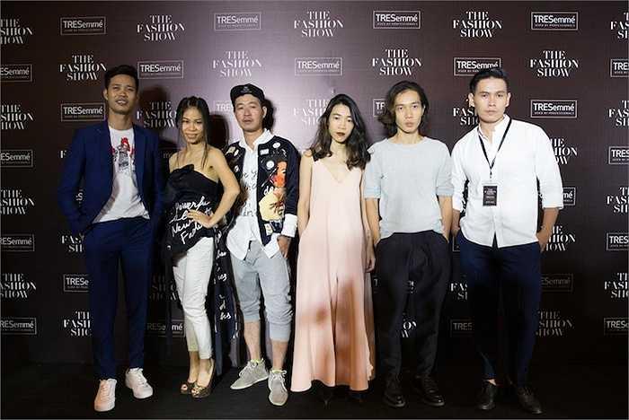Tối 23/3, show diễn thời trang 'The Fashion Show' diễn ra tại TP. HCM. Bên cạnh sự góp mặt của 5 nhà thiết kế trẻ nổi tiếng và dàn chân dài tham gia biểu diễn, thảm đỏ còn thu hút sự chú ý với sự xuất hiện của loạt ngôi sao giải trí đình đám. Nhiều sao Việt đã đến tham dự buổi biểu diễn thời trang để ủng hộ các nhà tạo mốt Việt.
