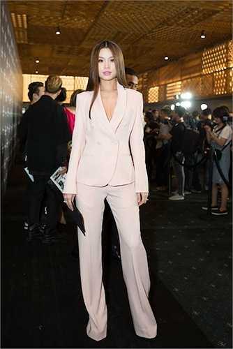 Á hậu Diễm Trang diện suits hồng nhạt ngọt ngào.