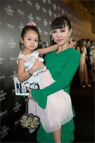 Á hậu Trà Giang và con gái.