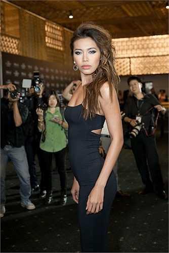 'Angelina Jolie Việt Nam' Minh Tú gợi cảm đầy quyến rũ với môi dày, da nâu.
