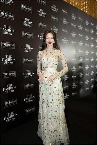 Hoa hậu Đặng Thu Thảo diện đồ xuyên thấu xinh đẹp tựa tiên nữ.