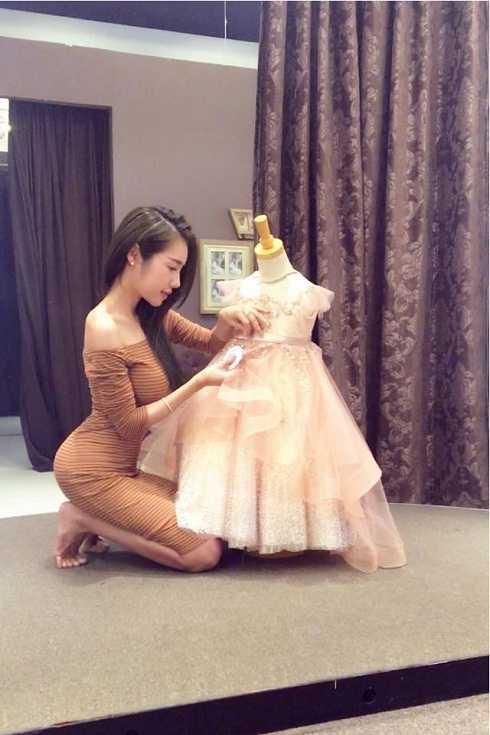 Elly Trần diện váy đôi với con gái, Hoàng Thùy Linh khoe eo thon nóng bỏng